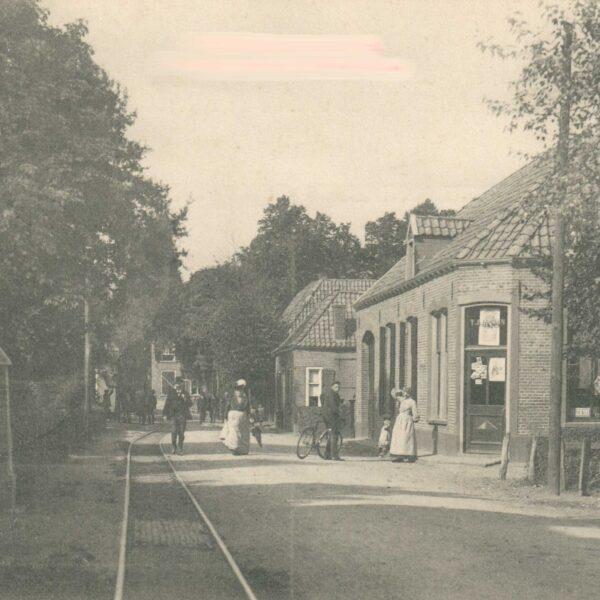 Hummelo Dorpsstraat 21 Rechts bakkerij Jansen, nu Ebbers en links het hek van Villa De Zuylenkamp, helemaal achterin De Gouden Karper